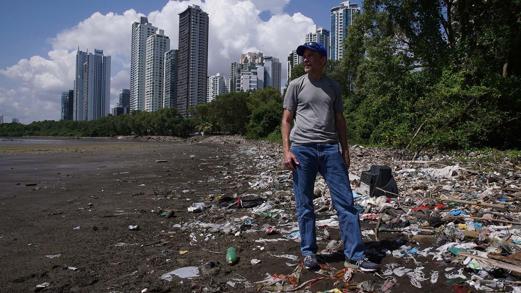 Fisk Johnson en una playa cubierta de plásticos
