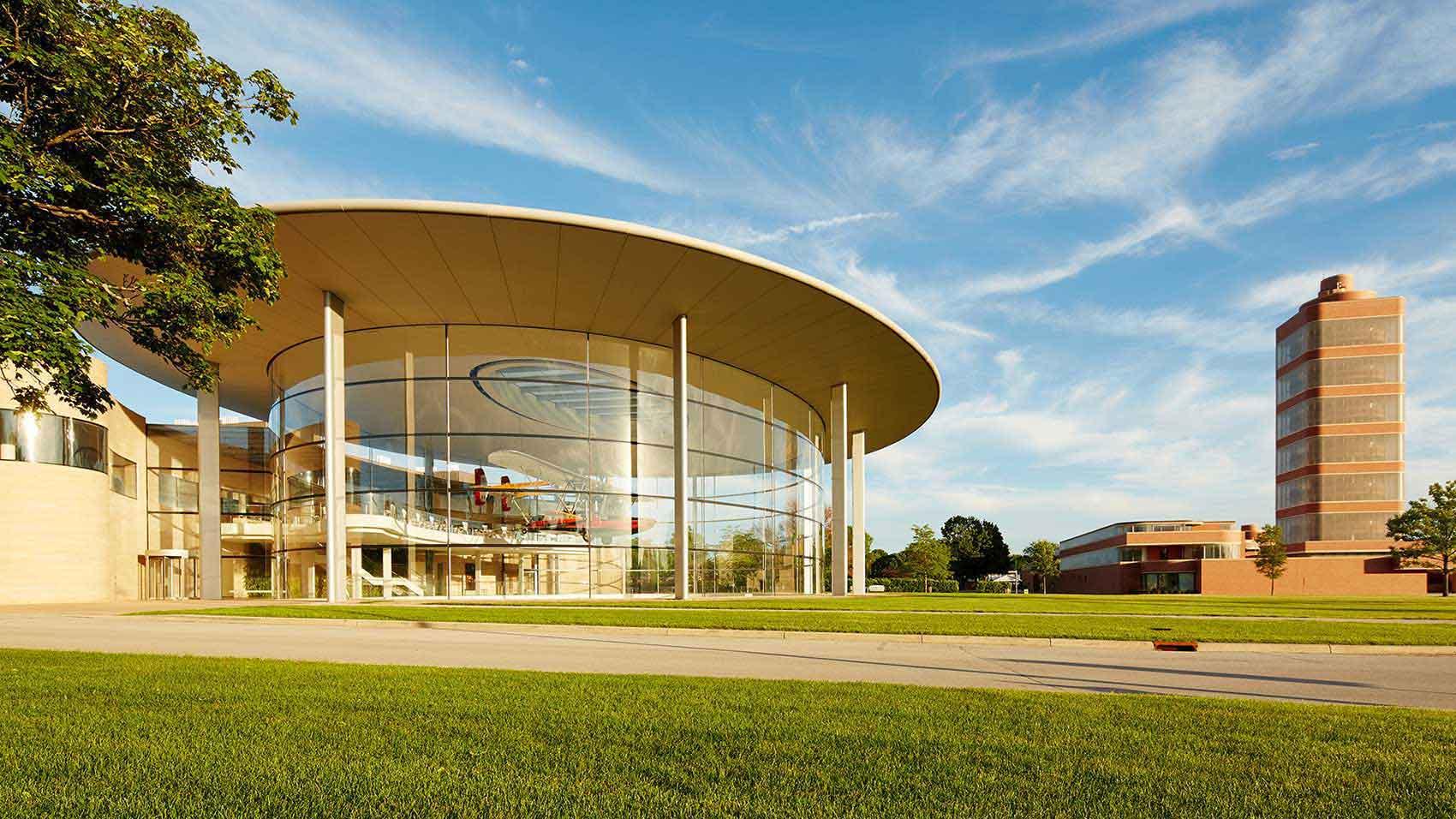 O campus da sede global da SC Johnson com o Fortaleza Hall e a Torre de Pesquisa projetada por Frank Lloyd Wright