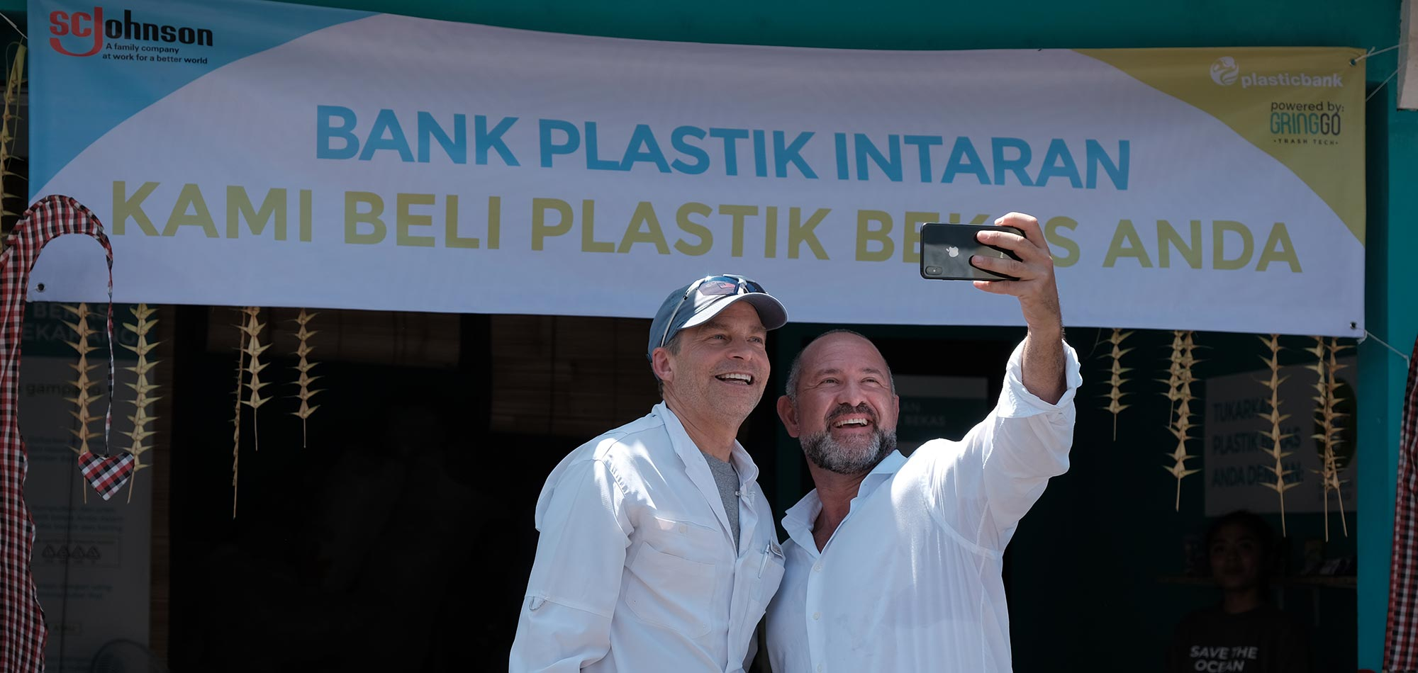 O Presidente do conselho e CEO da SC Johnson Fisk Johnson e David Katz, CEO do Plastic Bank, abriram o primeiro de oito centros de reciclagem na Indonésia.