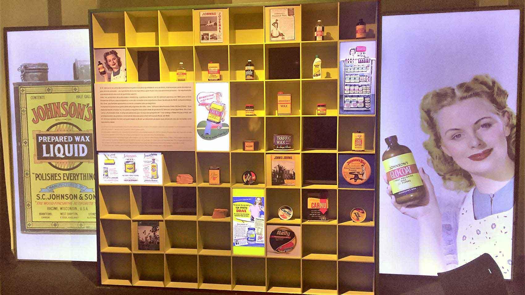 Exposición que muestra productos Johnson Wax que contienen cera de carnaúba.