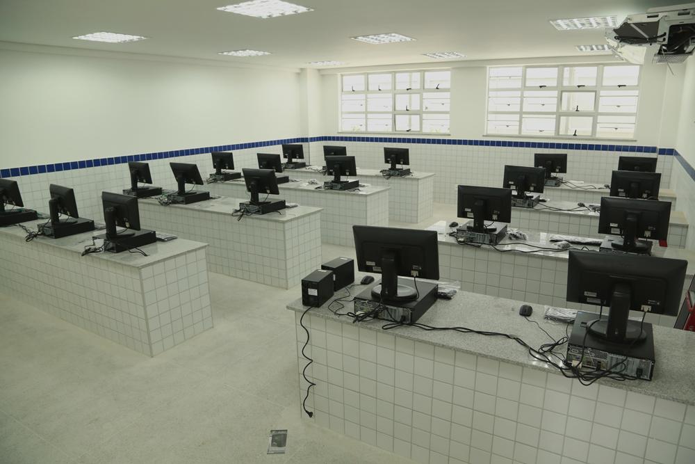 Escola Johnson computer labs support STEM education