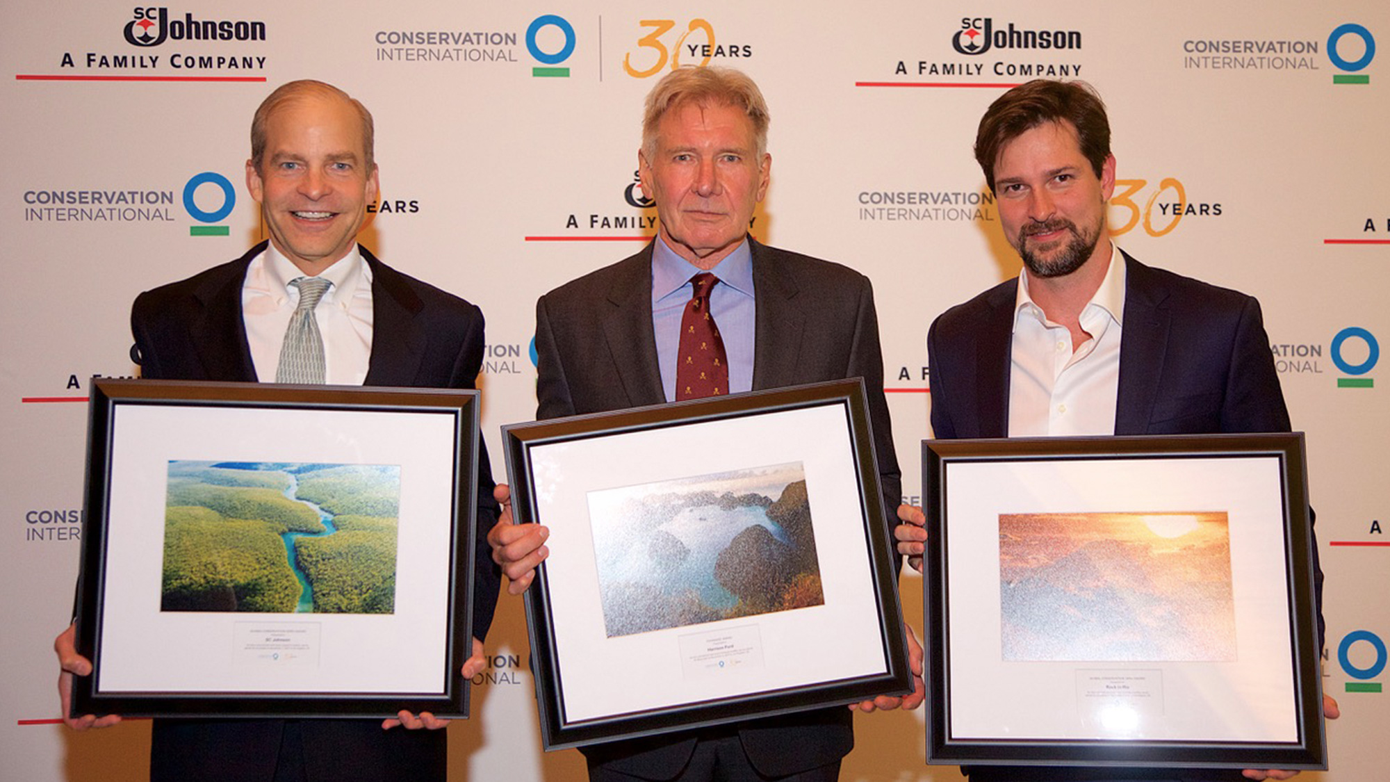 Fisk Johnson, Harrison Ford și Luis Justo primind medalia Global Conservation Hero oferită de organizația Conservation International