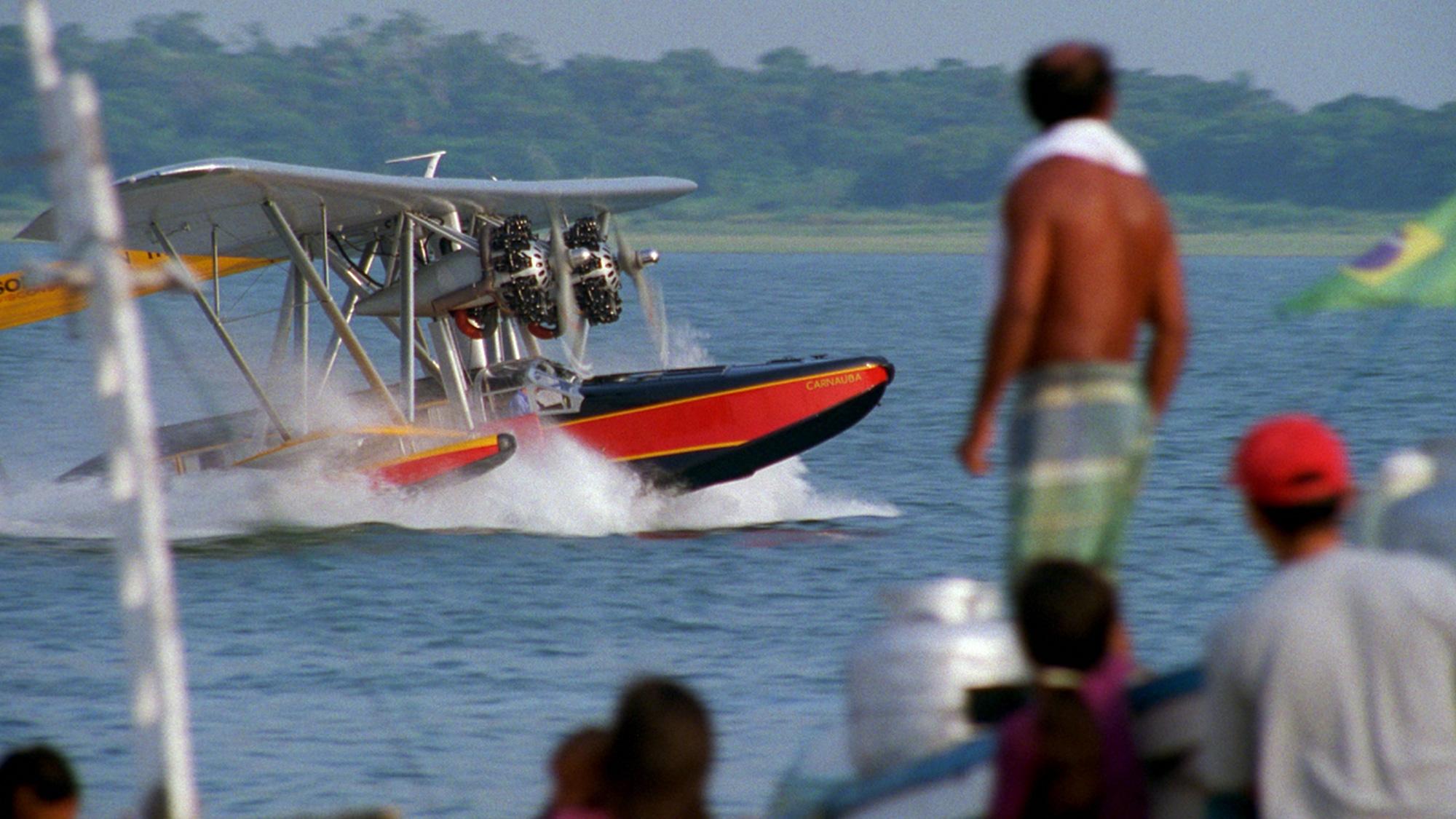 Sam Johnson atterra con l'aereo anfibio Sikorsky S-38 durante il suo viaggio in Brasile.