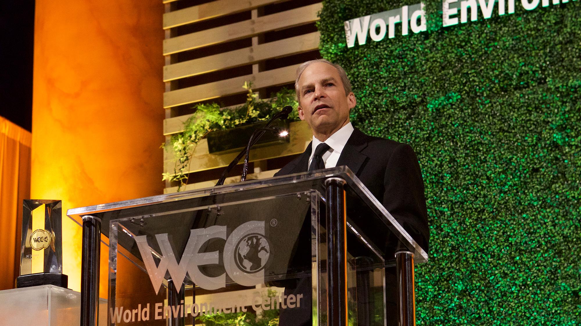 H Fisk Johnson acepta el premio Medalla de Oro 2015 del World Environment Center por sus logros en desarrollo sustentable