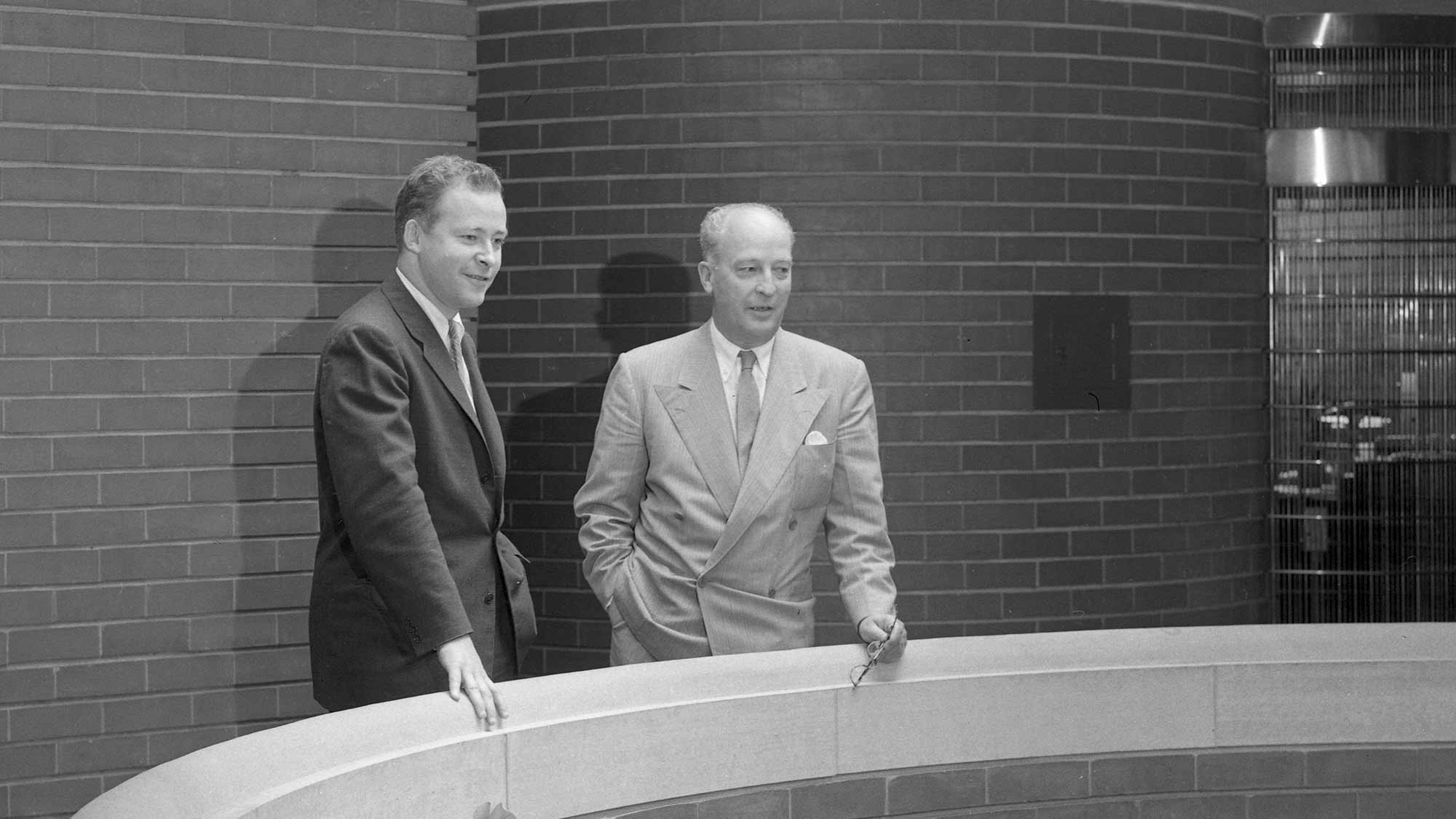 Herbert F Johnson en Sam Johnson in het door Frank Lloyd Wright ontworpen Administration Building
