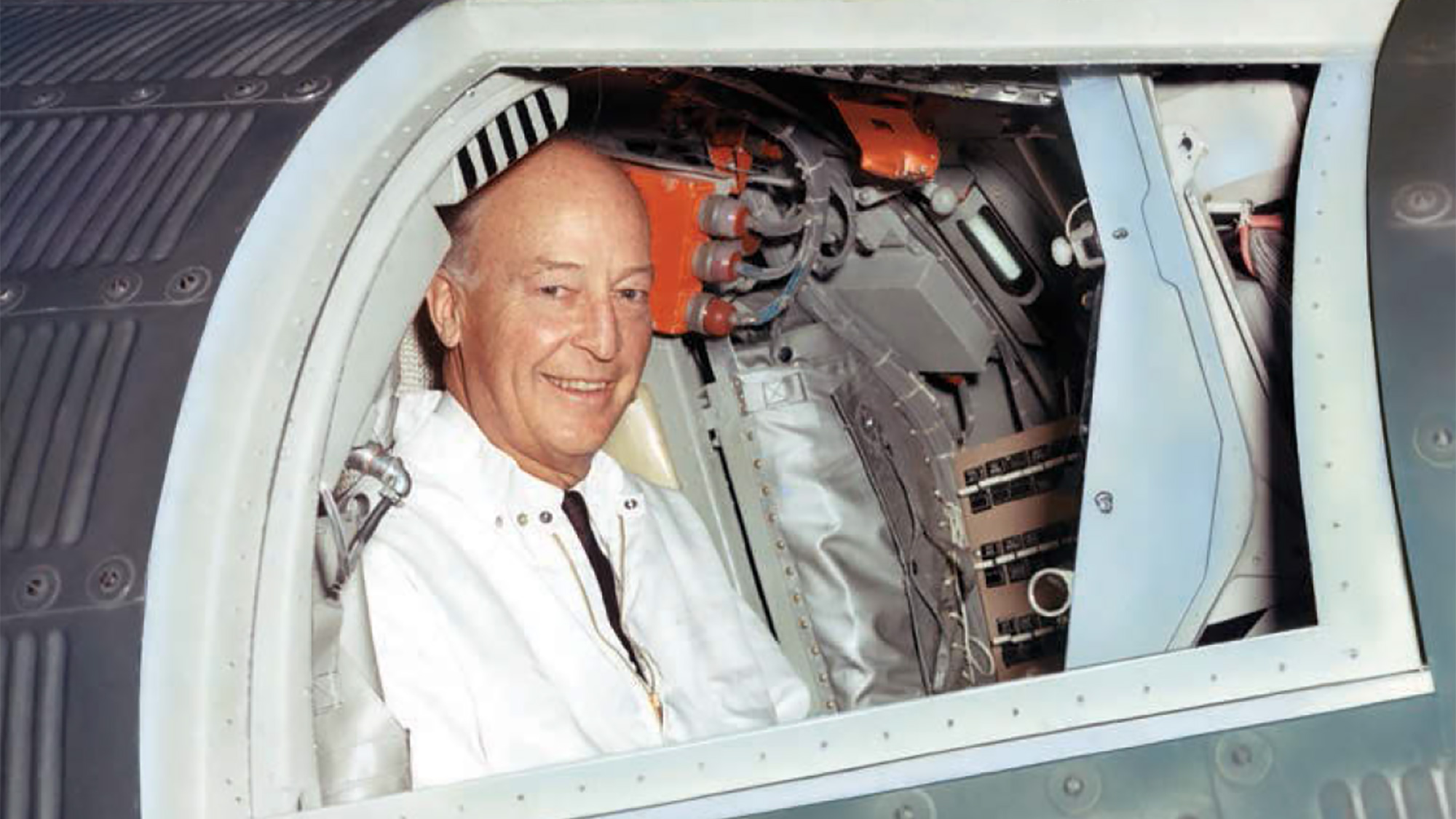 Herbert F Johnson jr. in een Mercury-ruimtecapsule bij McDonnell Aircraft