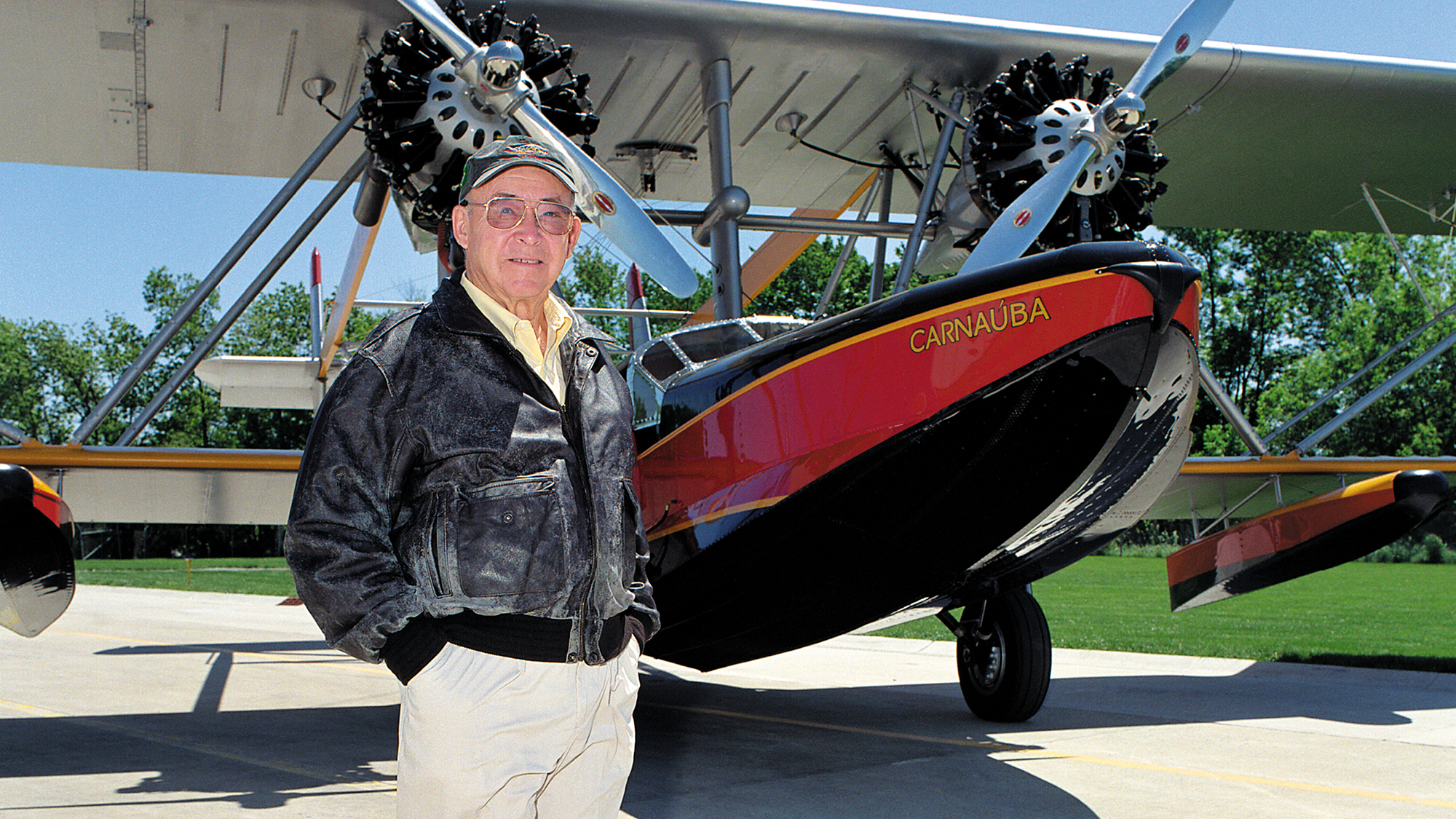 Sam Johnson avec l'avion amphibie Carnauba
